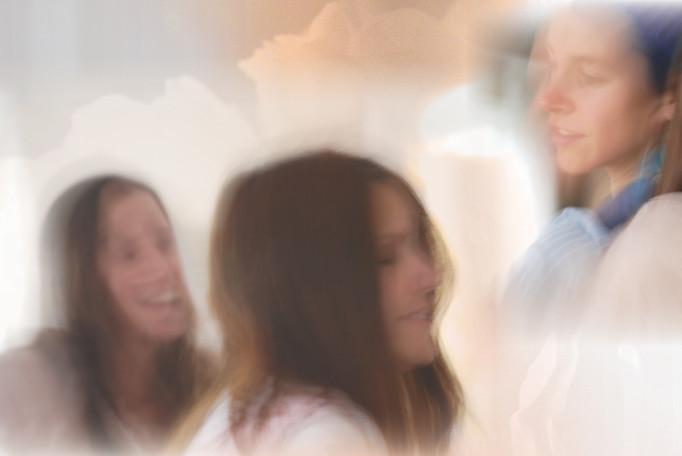 Välkommen att andas ut, landa mjukt i kroppen, i nuet, och märka vad som är, just nu. Välkommen till en stund då du får vända ditt fokus inåt och stöd att behålla din  inre förankring. Välkommen till en cirkel av systrar.